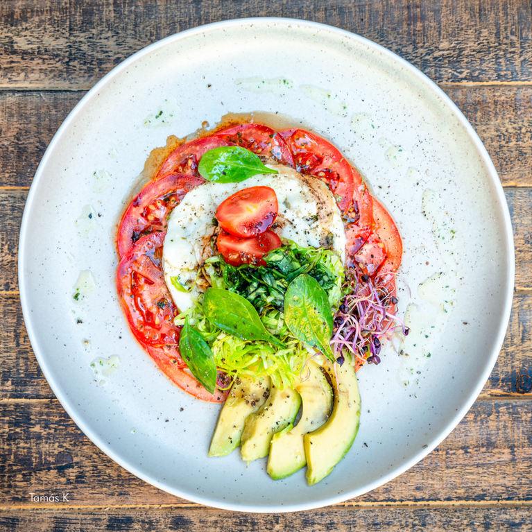 Caprese Salat mit Avocado