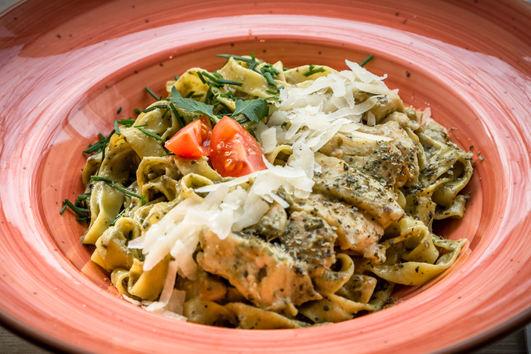 Pesto Tagliatelle mit gegrillter Hühnerbrust