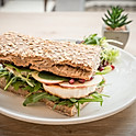 Roston sült kecskesajtos-áfonyalekváros szendvics