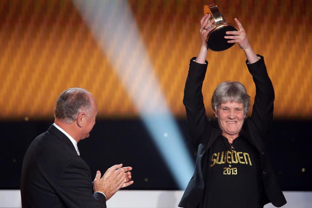 Pia foi eleita a melhor técnica de 2012 pela FIFA, e recebe prêmio das mãos de Felipão.Foto: Getty Images