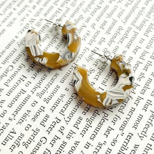 Ray Tortoise Earrings in Daisy