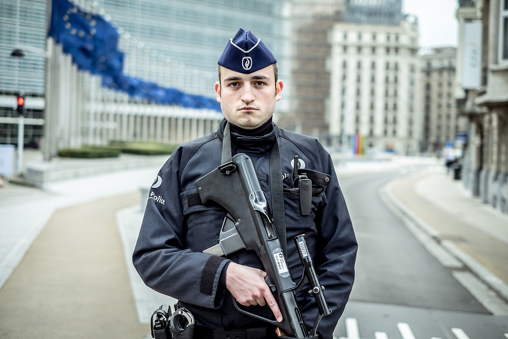 Police agent blocking the entrance at the European Institutions, only journalists and European officials had access. (c) Aurélien Ernst