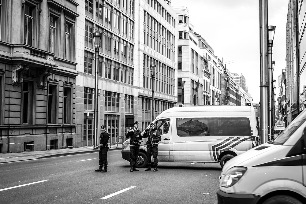 Policemen open the way for an ambulance to access the Maalbeek station, few dozen meters away. (c) Aurélien Ernst