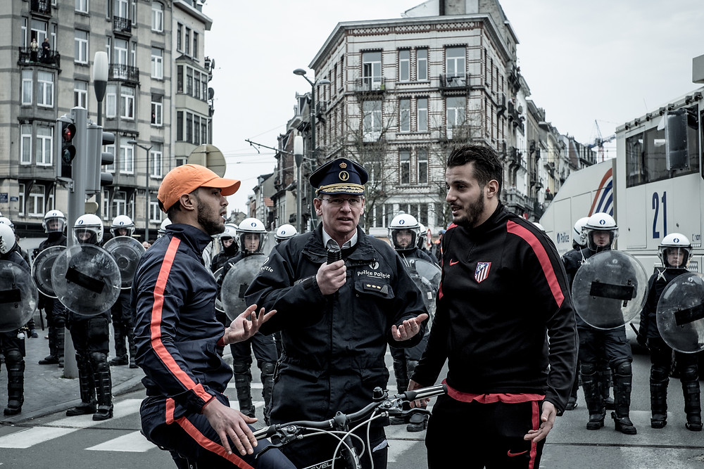 Youngsters from Molenbeek Trying to find a solution with the controversial police officer Vandersmissen in order to access the city center center of Brussels. (c) Aurélien Ernst