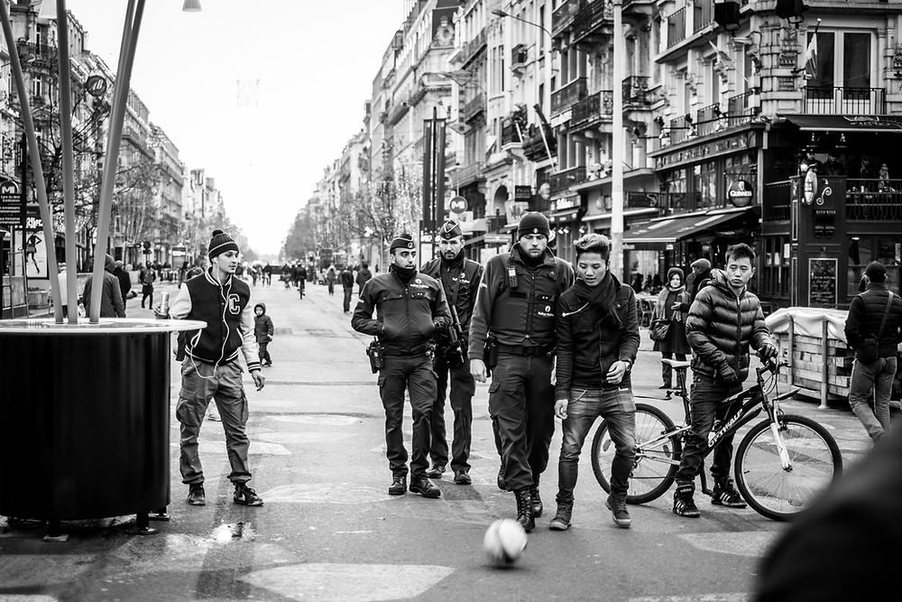 Police agents on the boulevard Annessens. (c) Aurélien Ernst