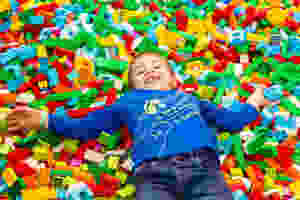 Niño con piezas de Lego