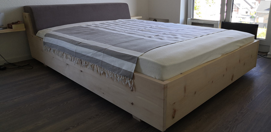 Doppelbett aus Zirbe-Massiv, Metallfrei mit goplstertem Kopfteil