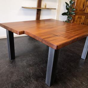 Tischplatte aus 55 mm Massivem Mahagoni, Tischbeine aus Stahl, Oberfläche geölt.