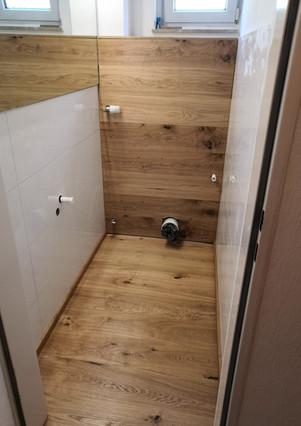 Fußboden und Wandverkleidung aus Eiche-Dielen