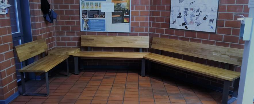 Sitzbänke aus Eiche-Massiv und Stahl für Tierarztpraxis