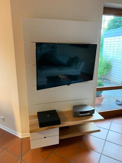 TV-Wand aus MDF-Weißlack und Eiche Massiv