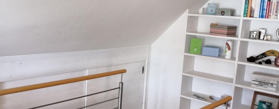 Bücherregal und Schiebetürschrank aus Fichte-Massiv