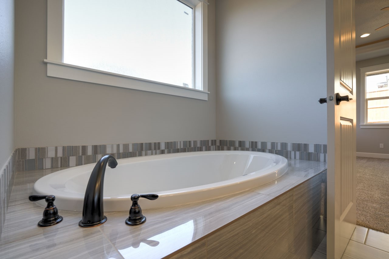 Lot 18 bath tub