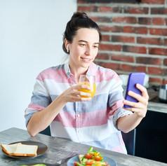 using-video-chat-at-breakfast-VX4WRJK.jp