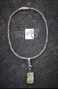 collier avec en pendentif une molaire de cheval