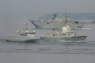 800px-Spanish_navy_frigate,_BAM_and_LHD.