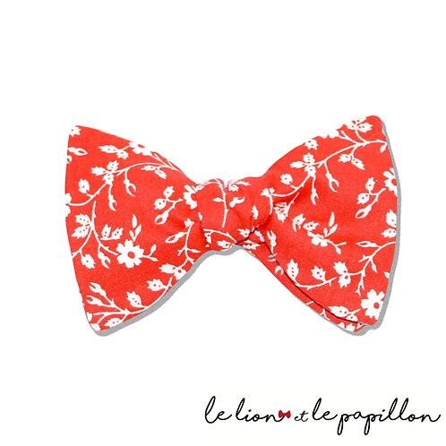 Noeud papillon rouge fleurs blanches
