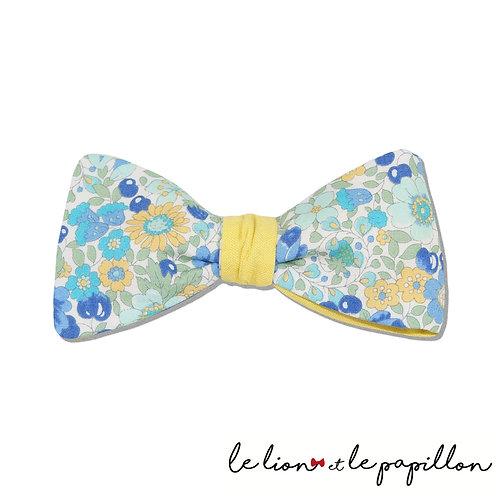 Noeud papillon bicolore jaune, fleurs bleues et jaunes et cerises