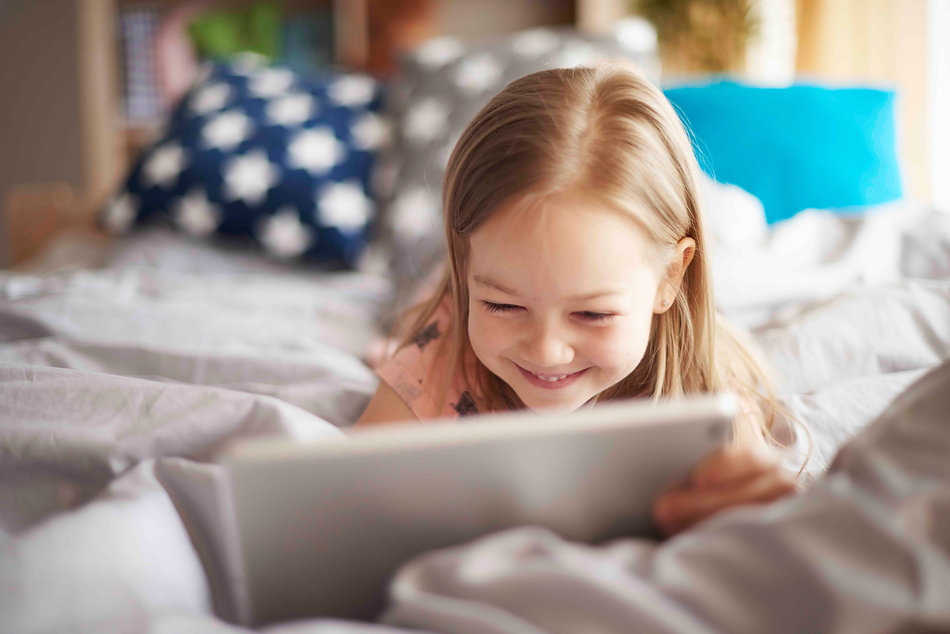 girl-with-digital-tablet-in-bed-YAW5R85-