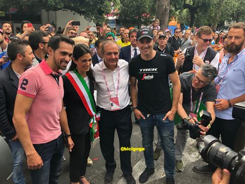 Contador, Gianni Alemanno (alcaldesa de Roma), Mauro Vegni (Director del Giro) e Ivan Basso