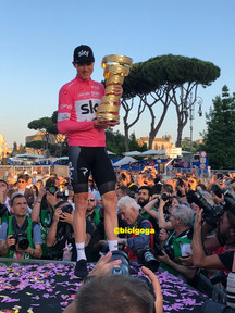 Chris Froome y el trofeo Senza Fine