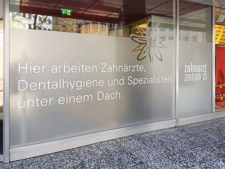 Zahnarztzentrum_Filiale_Vitrine.jpg