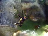 Saut dans un canyon de la Sierra de Guara