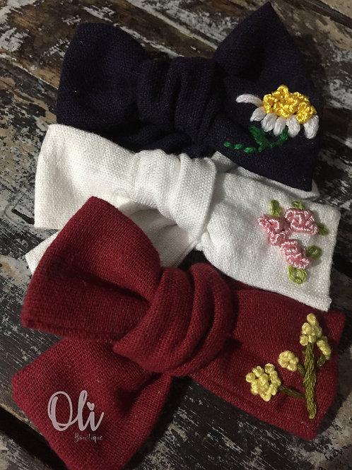 Embroidered linen Emma bow • Laço Emma linho bordado