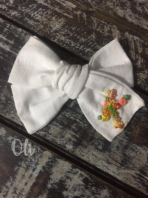 Initial embroidered linen Emma bow • Laço Emma linho bordado (inicial)