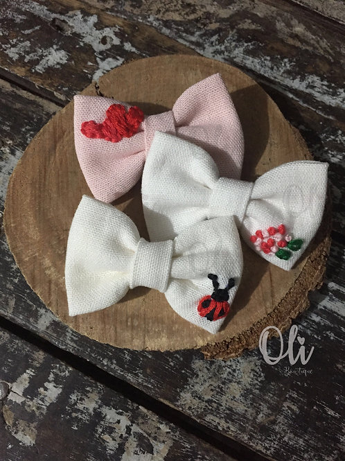 Embroidered linen Lia bow (mini) • Laço Lia linho bordado (mini)