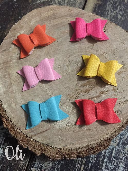 Teeny tiny leatherette Elora bow • Laço Elora lonita micro para colar