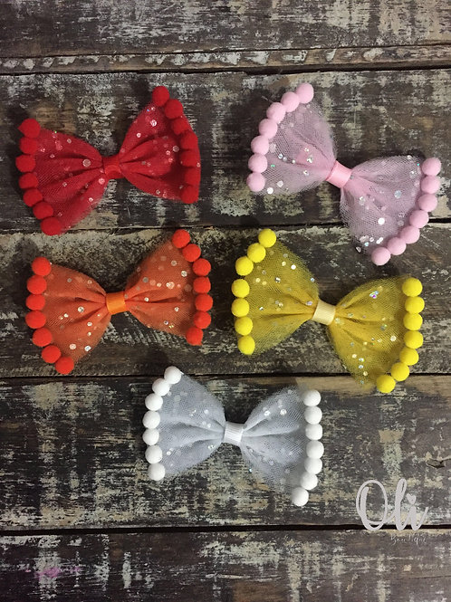 Tulle Lia bow with pompoms • Laço Lia com pompoms em tule