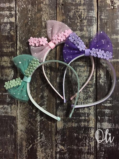 Tulle Lia bow with flowers Alice band • Tiara laço Lia com florzinhas em tule