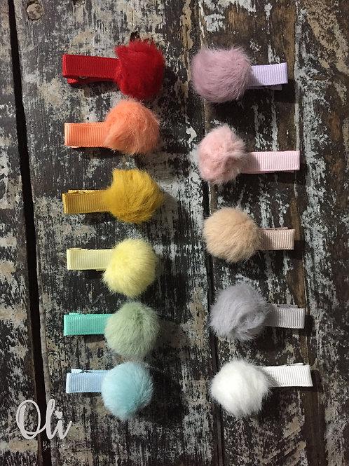 Fluffy pompom hair clip • Hair clip de pompom pelúcia