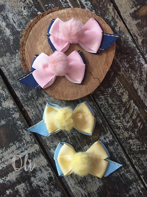 Denim Bella bow with fluffy pompom • Laço Bella jeans com pompom pelúcia