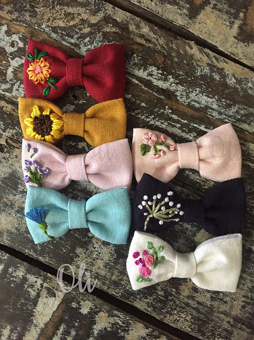 Embroidered linen Lia bow • Laço Lia linho bordado (Flowers)