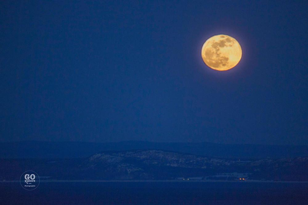 Une sortie au bord du fleuve du fleuve Saint-Laurent nous a permis de capter cette pleine lune plus grande que nature!