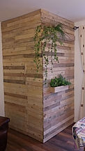 so here is how to recycle old wood from pallets and turn it into a storage room, an economical and environmentally friendly solution. italian home renovation interior design ecoligical solution