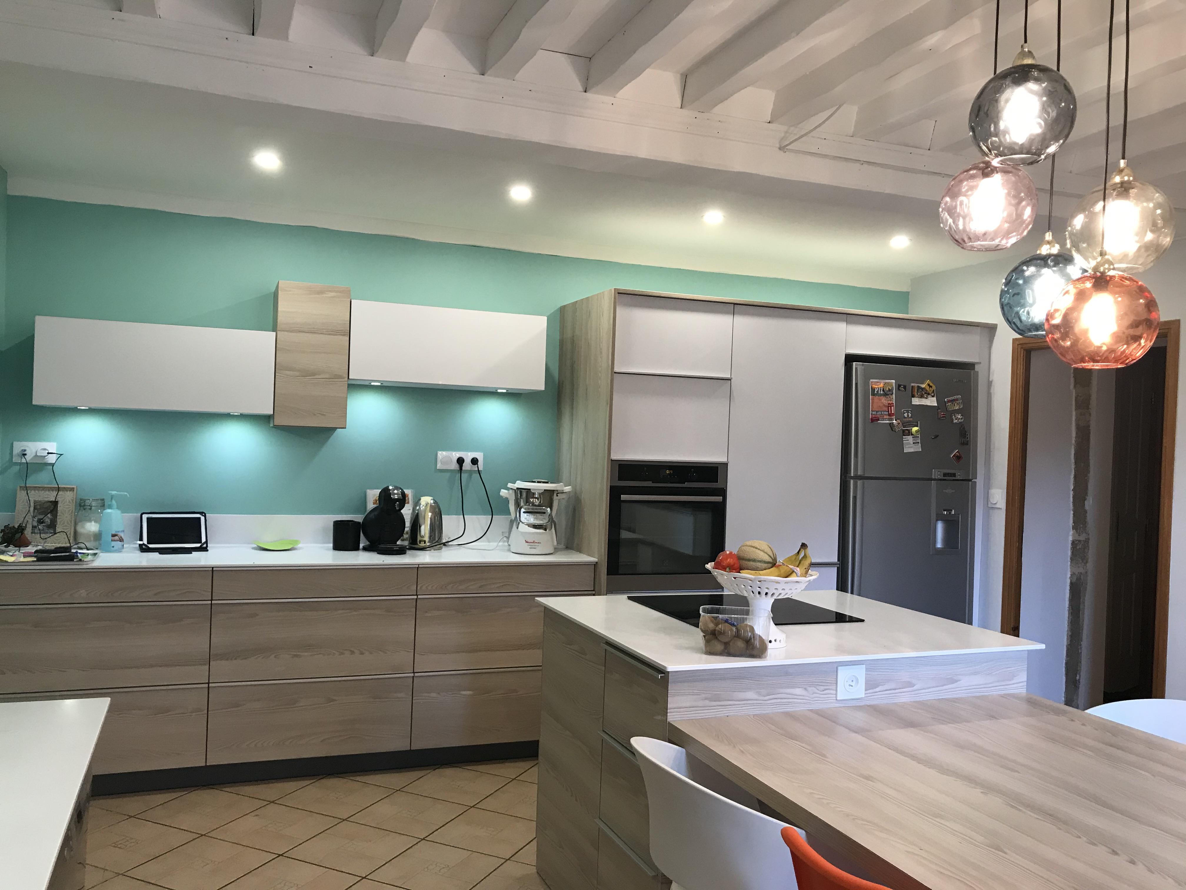 Grande cuisine avec espace repas accolé à l'îlot central