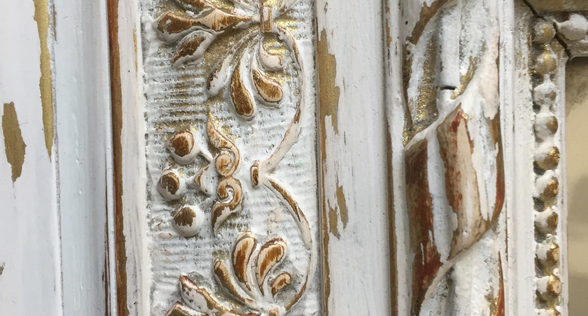 Détail d'un miroir patiné blanc doré