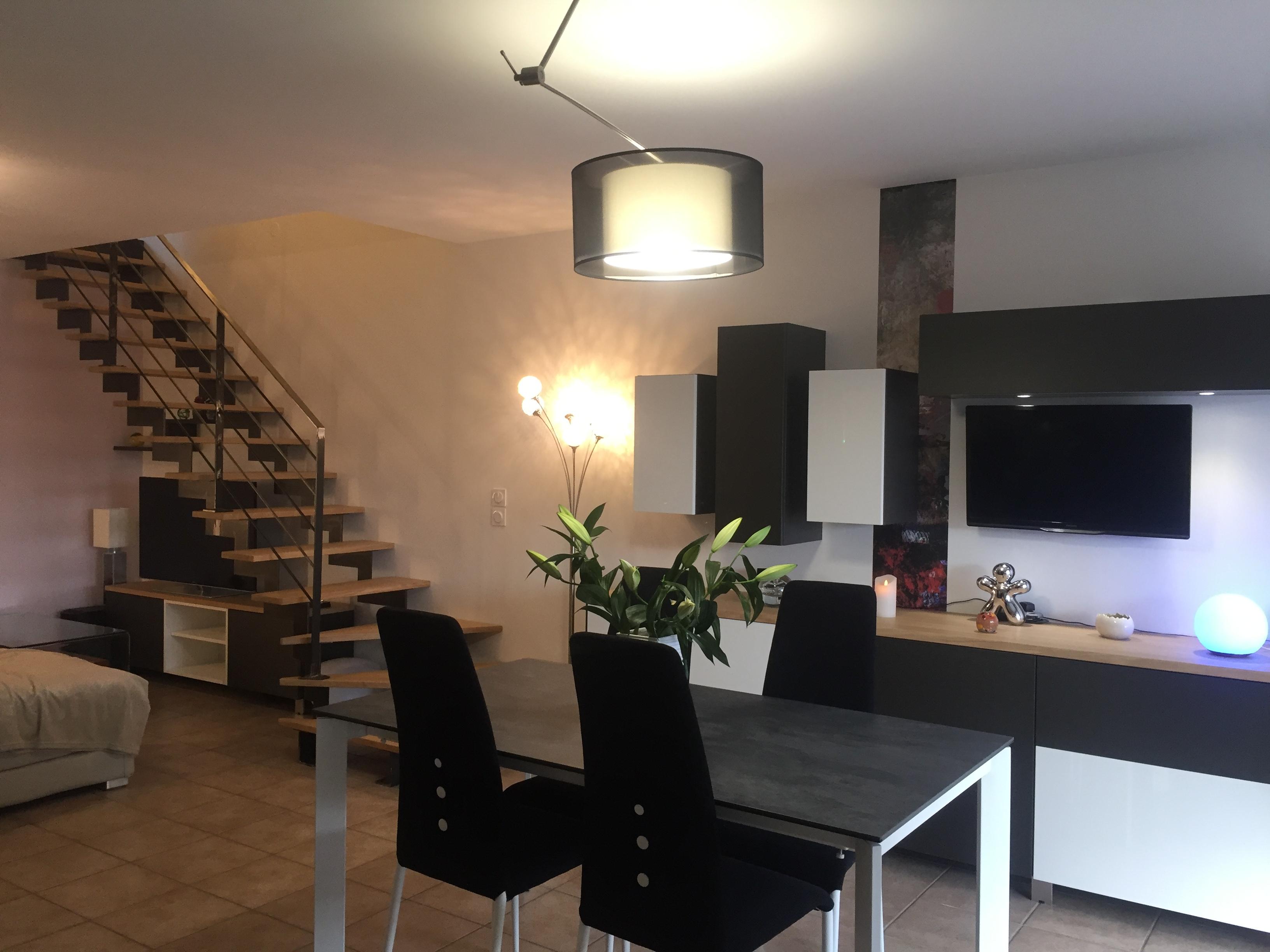 Séjour meubles et escalier