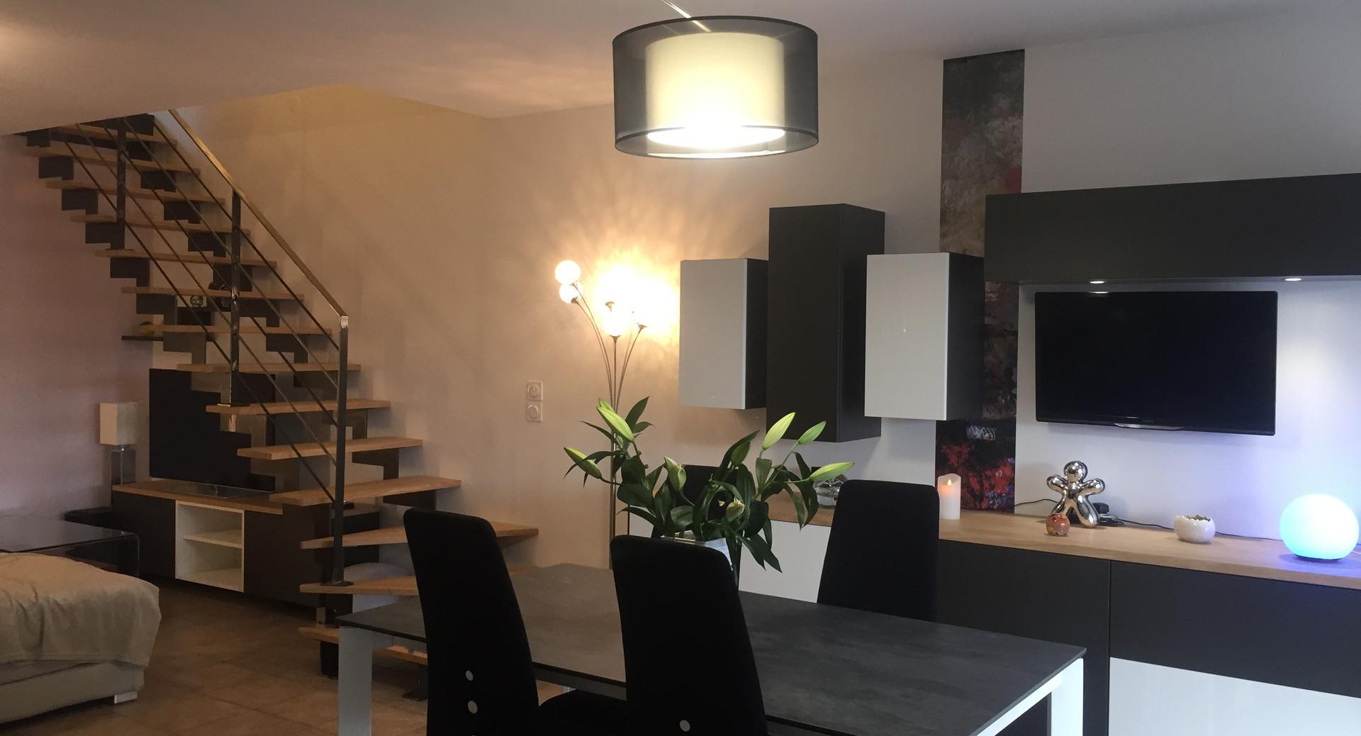pièce de vie rénovée avec escalier changé bois et métal