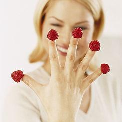 femme-mange-framboises-minceur-10679516k