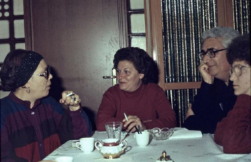 Rosa a tavola con amici.jpg