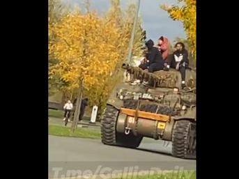 (Видео) Франција: Црномурести Французи возат тенк среде улица