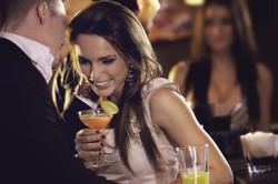 Kvinna dricker Cocktail