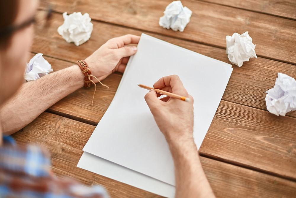 Menulis ide inovasi di atas kertas dengan pensil dan mengganti ide inovasi