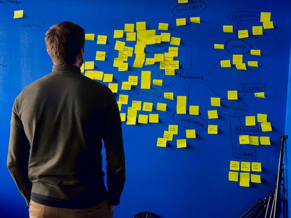 bos menatap ide inovasi di sticky note
