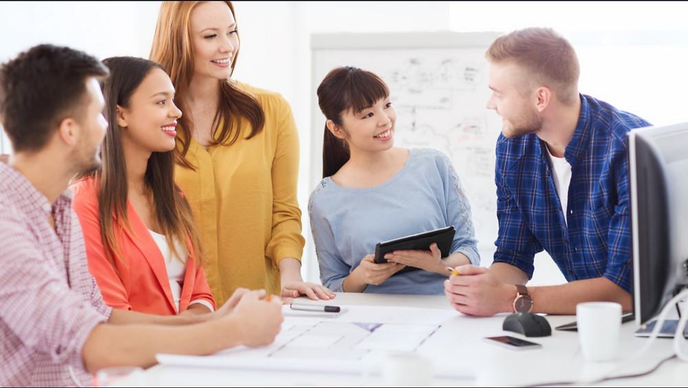 karyawan sedang berbincang untuk menemukan ide kreatif dan inovatif dari rekan rimnya