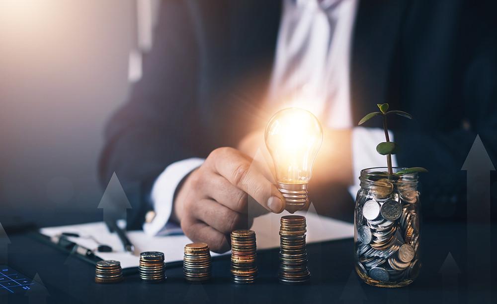 pria sedang mengevaluasi inovasi di kantor dan menyusun profitnya dengan koin